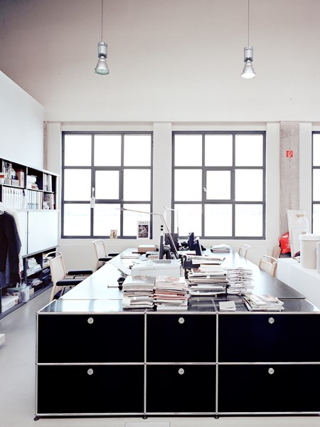 monochrome open plan office with USM Haller workstation in graphite black