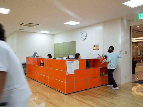 USM Haller reception unit in orange in a modern hospital