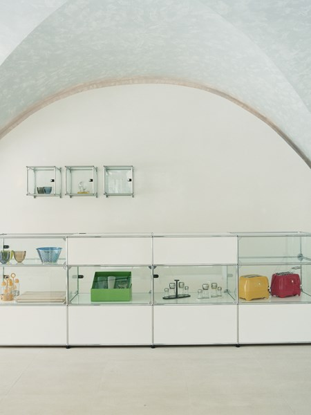 USM Haller modular display cabinet for art objects in a museum